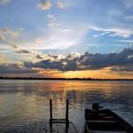 am Ufer des Amazonas - die Sonne geht gerade auf